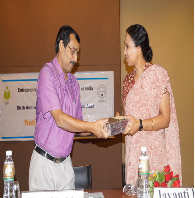 Prof. Sunil Shukla (Chairperson- PGPs), presenting a memento to Dr. Ravi