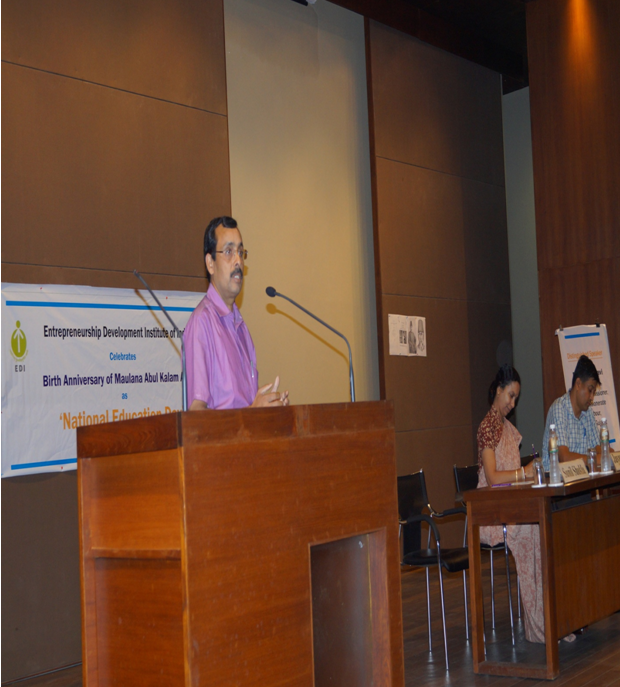 Prof. Sunil Shukla (Chairperson- PGPs), offering the Welcome Address in honour of Dr. Ravi, the Guest Speaker